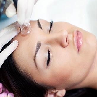Вакуумный массаж лица имеет репутацию высокоэффективной процедуры омоложения кожи. Под воздействием вакуумных банок нивелируются морщины, сходят отеки, исчезают круги под нижним веком. За счет активизации работы лимфатической и кровеносной систем в эпидермисе запускаются процессы регенерации. Визуально выраженные проблемы кожи становятся менее заметными. Длительность процедуры: 60-70 мин. Стоимость процедуры: 1000 руб. По всем вопросам можете обращаться по 📞 89237771928 С уважением Ваш мастер Екатерина.