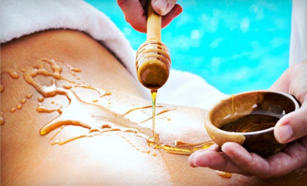 Медовый массаж спины - это изумительный способ терапии и рефлексотерапии, мощное иммуностимулирующее и общеукрепляющее средство, основанное на лечебном действии пчелиного меда и массажа. Целью его является помощь при заболевании позвоночника, суставов, улучшение самочувствия и настроения. Очень эффективен медовый массаж при лечении кашля, простуды, радикулита. После сеансов медового массажа сразу же налаживается лимфои кровообращение в глубоких слоях кожи и мышцах, что способствует хорошему питанию внутренних органов. Нередко массаж с медом используется при лечении целлюлита и чистке кожи. Кожа после медовых сеансов становится упругой, шелковистой, разглаживаются подкожные уплотнения. А что уж говорить о расслабляющем действии медового массажа! После медовых процедур человек ощущает легкостью, прилив сил, бодрость. Усталость и нервозность уходят, освобождая место жизнерадостности и ощущению полета. Такой массаж является прекрасной профилактикой физического и умственного переутомления, психосоматических заболеваний, неврастении. С помощью медового массажа хорошо снимаются депрессивные и стрессовые состояния. Длительность процедуры: 20мин Стоимость процедуры: 600 руб По всем вопросам можете обращаться по 📞 89237771928 С уважением Ваш мастер Екатерина.