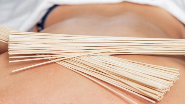 Программа с применением бамбуковых веников приятно расслабляет, помогает достичь гармонии с самим собой и природой. Эффективность обусловлена вибрационной техникой массажа. Веник из бамбука— это натуральный, экологичный предмет для проведения массажа. Массаж бамбуковыми вениками очищает кожу от ороговевших клеток верхнего слоя кожи, повышает упругость, стимулирует функцию потовых и сальных желез. Вы почувствуете, что кожа стала более упругой, а формы тела подтянутыми и соблазнительными. Эффекты от процедуры: 🔸Очищает и тонизирует кожу; 🔸Нормализует работу потовых желез; 🔸Повышает упругость сосудов, улучшает лимфоток; 🔸Устраняет проявления целлюлита; 🔸Нормализует сон, восстанавливает бодрость. Длительность процедуры: 80 мин Стоимость процедуры: 1600 руб. По всем вопросам можете обращаться по 📞 89237771928. С уважением Ваш мастер Екатерина.