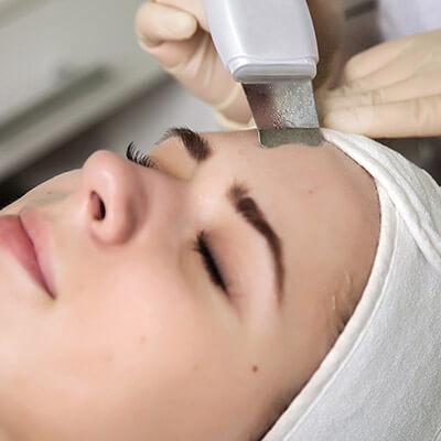 Ультразвуковая чистка лица -это  безопасный и очень эффективный метод очищения лица от всевозможных загрязнений. Проводится с помощью специального аппарата, генерирующего ультразвуковые волны определенной частоты и интенсивности. Данный метод предусматривает бережное удаление верхнего слоя эпидермиса. При этом удаляются ороговевшие клетки кожи, остатки грязи, кожного жира, сальные пробки. Поры заметно сужаются. Профессиональный аппарат для очищения кожи способствует обновлению поверхностных слоев клеток, улучшает регенеративные способности, общую резистентность и трофику тканей. Ультразвуковые процедуры – это, к тому же, еще и отличный вариант лифтинга. Даже возрастная, дряблая кожа становится более упругой и эластичной.  После проведения манипуляций на кожу наносятся специальные увлажняющие и успокаивающие  средства. Длительность процедуры: 60 мин Стоимость процедуры: 1000 руб По всем вопросам можете обращаться по 📞 89237771928 С уважением Ваш мастер Екатерина.